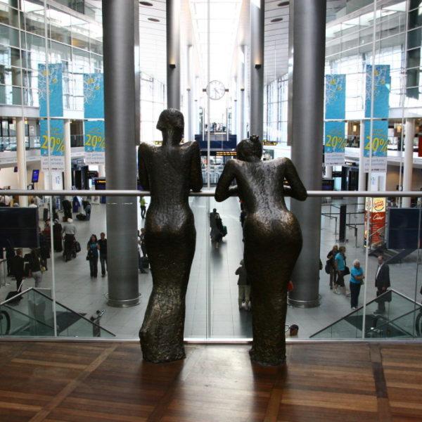 Bronze-Figuren im Flughafen von Kopenhagen