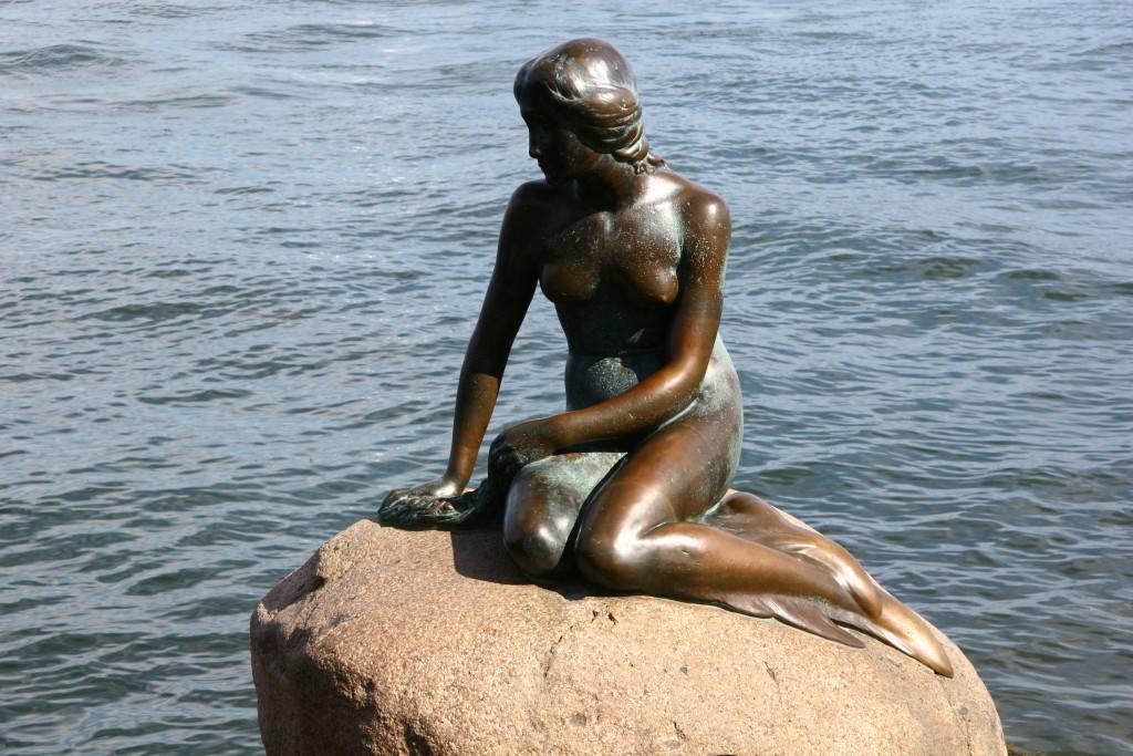 Lille Havfrue - Die kleine Meerjungfrau an der Uferpromenade Langelinie in Kopenhagen