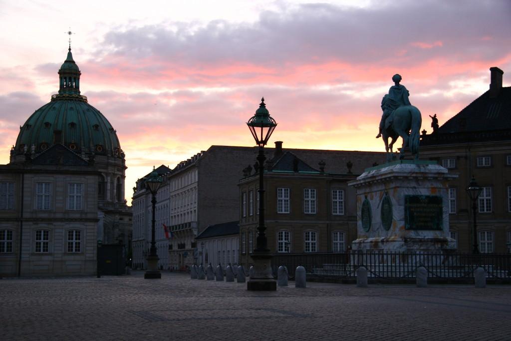 Sonnenuntergang im Schloss Amalienborg - Marmorkirche Frederiks Kirken und Reiterstandbild Frederik V.