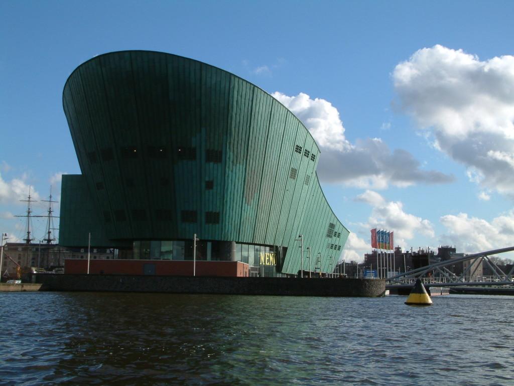 Die Nordseite des NEMO im Hafen von Amsterdam