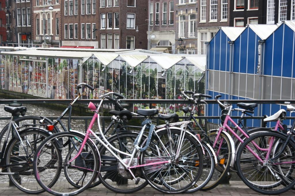 Fahrräder vor dem Bloemenmarkt in Amsterdam