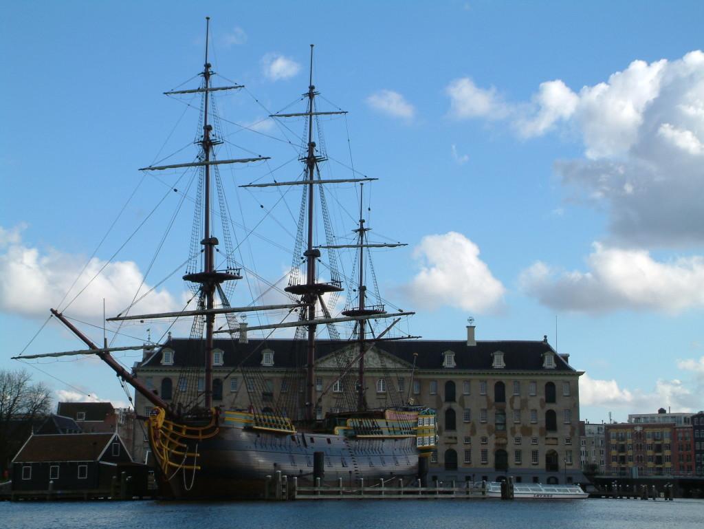 "Handelsschiff ""Amsterdam"" vor dem NEMO"