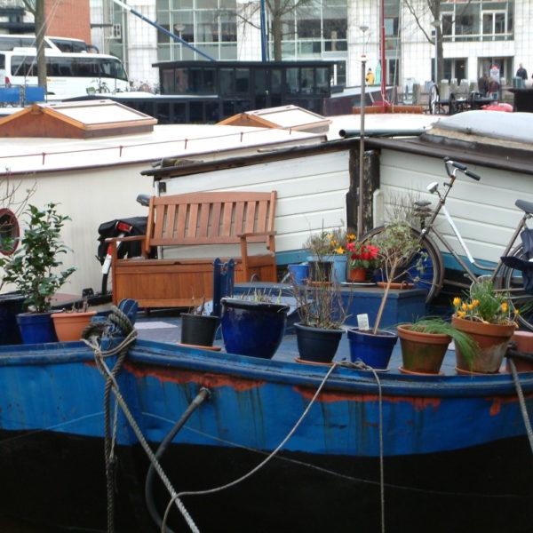 Hausboot mit Terrasse auf dem Amstel-Kanal