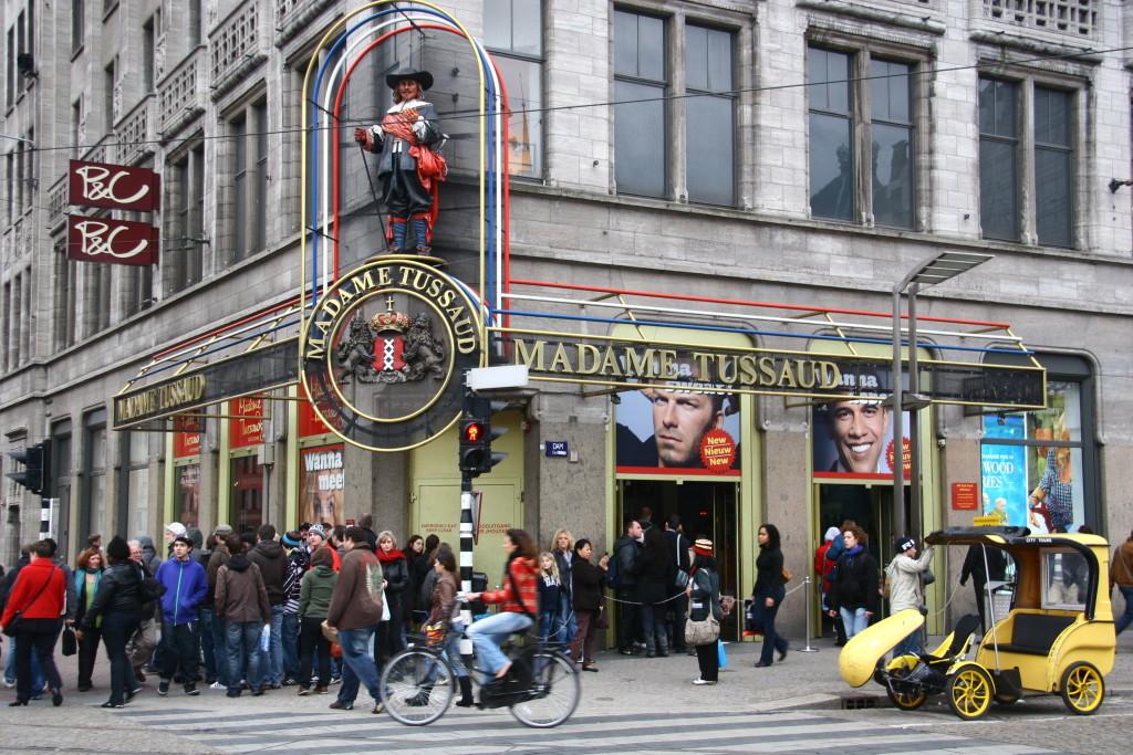 Madame Tussaud - Lange Schlange vor dem Wachsfiguren-Kabinett in Amsterdam