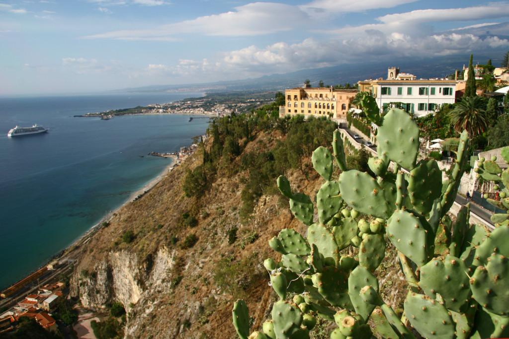 Blick von der Promenade auf den 200m tiefer gelegenen Bahnhof und den Golf von Giardini-Naxos