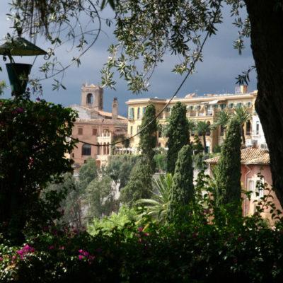 Dunkele Wolken überd den Gärten der Villa Communale