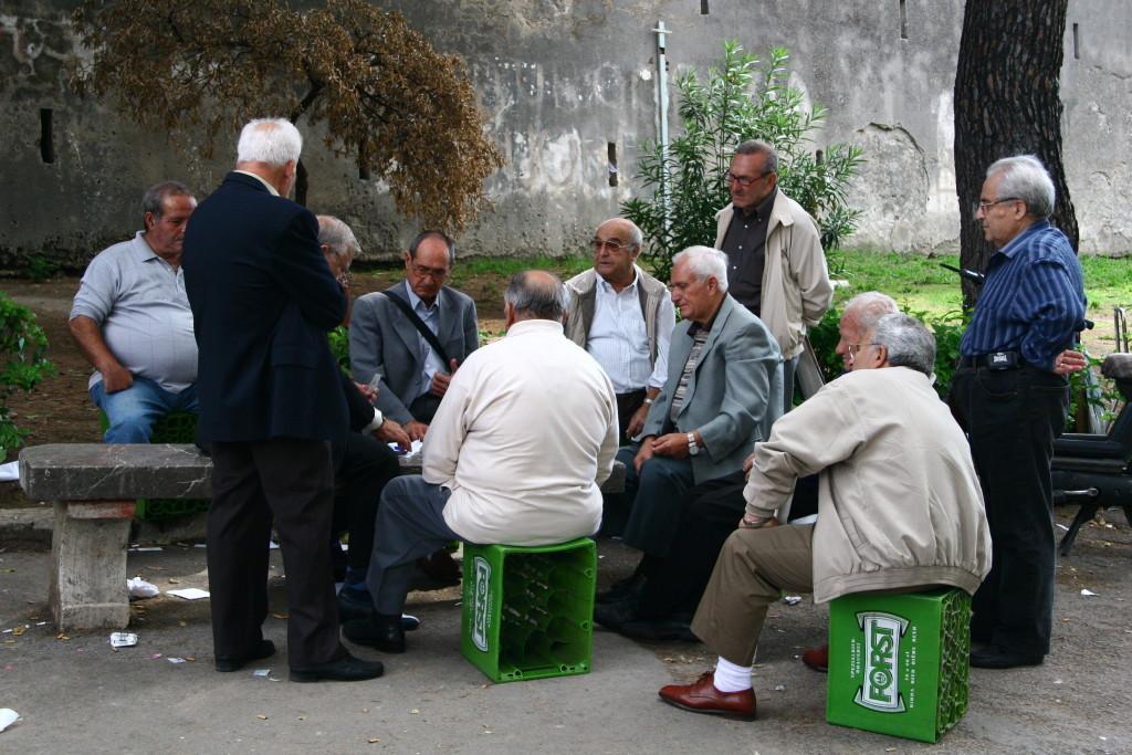 Kartenspielende Signori im Park / Palermo