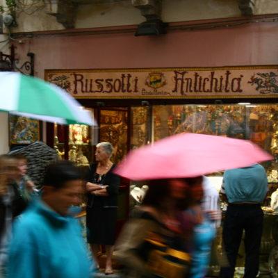 Russotti Antichità & Gioielleria -  Kurzer Schauer vor dem Antiquitätenladen