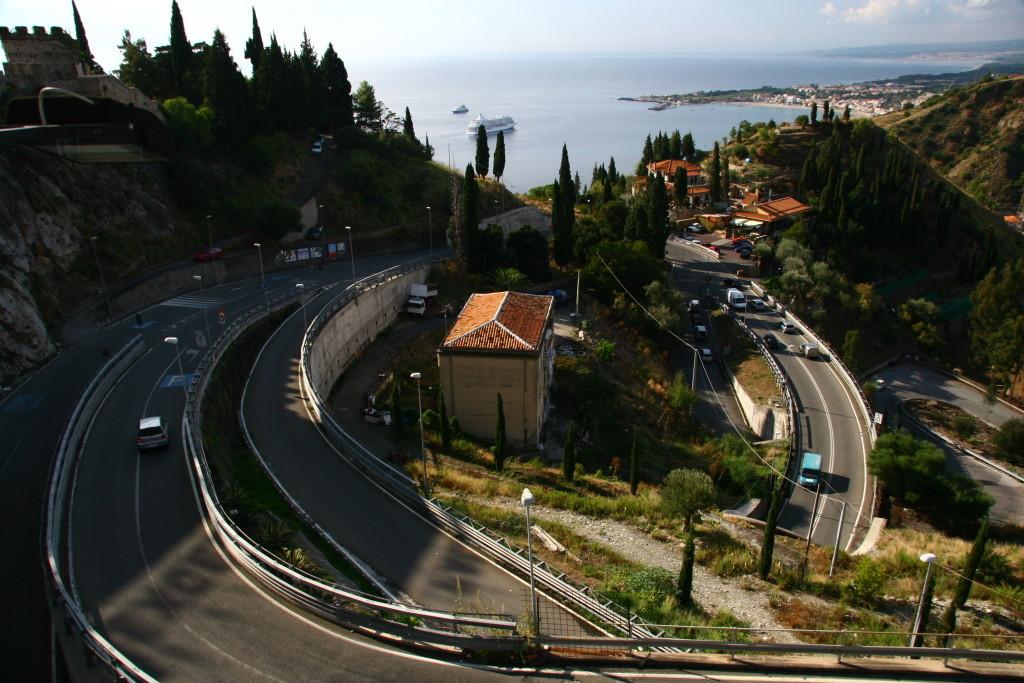 Serpentinen von Taormina hinauf Richtung Castelmola