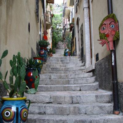 Sizilianische Majolika-Keramik in den engen Gassen von Taormina