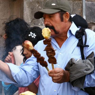 Gegrillte Spieße auf dem Markt in Cusco - Innereien mit Kartoffel