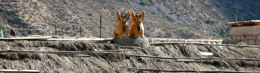 Glücksbringer der Quecha - Zwei Stiere aus Keramik auf dem Dach vertreiben die bösen Geister