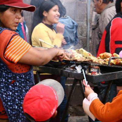 Grillstand auf dem Markt von Cusco