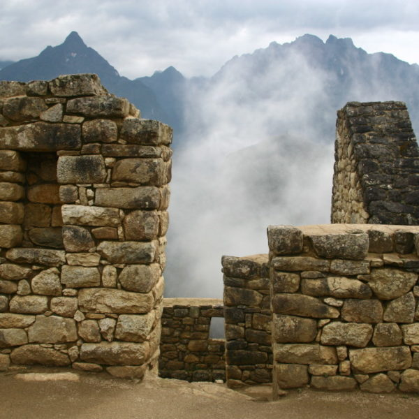 Morgennebel in den Ruinen von Machu Picchu