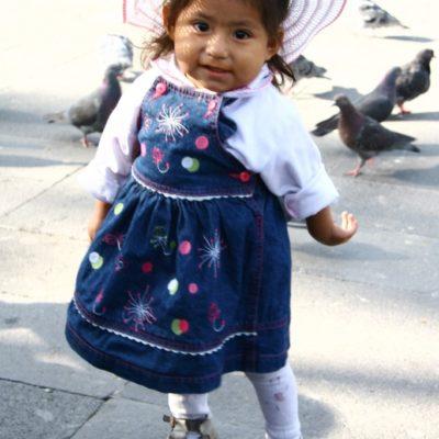 Niña tanzt auf der Plaza de Armas in Arequipa