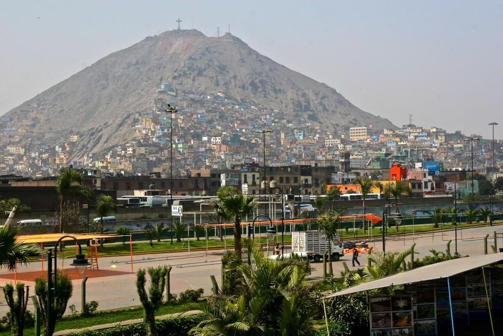 Neue Dörfer in San Juan de Lurigancho - Pueblo joven werden die bunte Slums auf dem staubigen Sandberg genannt