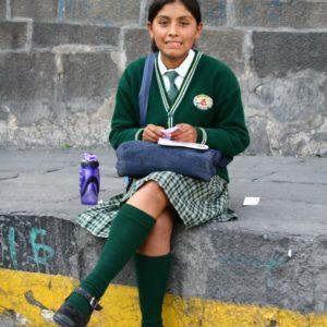 Schulmädchen in Uniform auf der Plaza de Armas in Arequipa