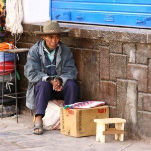 Straßenverkäufer in Cusco wartet auf Kundschaft
