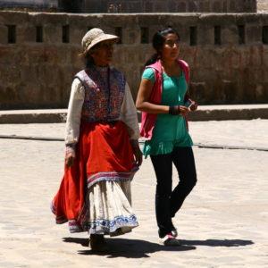Alte Frau in Tracht neben junger Frau in moderner Kleidung in Cabanaconde / Peru