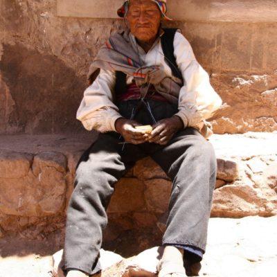 Alter mann auf der Insel Taquile im Titicacasee