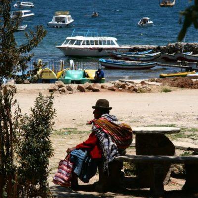 Bunt gekleidete Bolita am Hofen von Copacabana am Titicaca-See