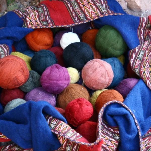 Bunte Wolle in Písac / Peru