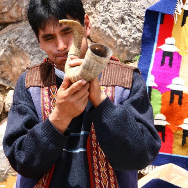 Chinchero - Quecha-Indianer bläst ins Horn