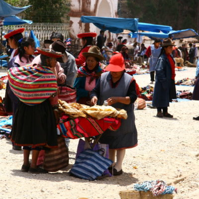 Chinchero / Sacred Valley of the Incas - Quecha-Indianerinnen auf dem Sonntagsmarkt