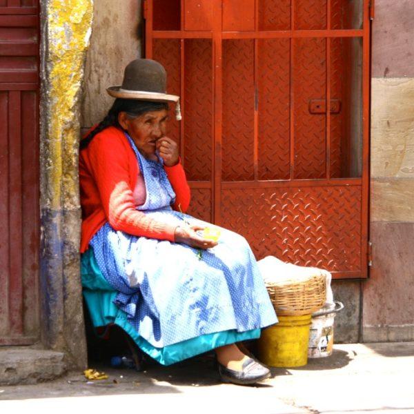 Cholita knabbert Früchte