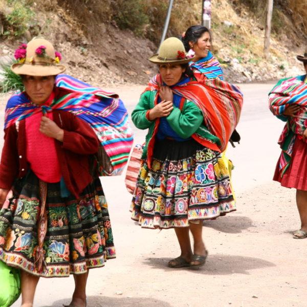 Cholitas mit bunten Tragetüchern im Valle Sagrad de los Incas
