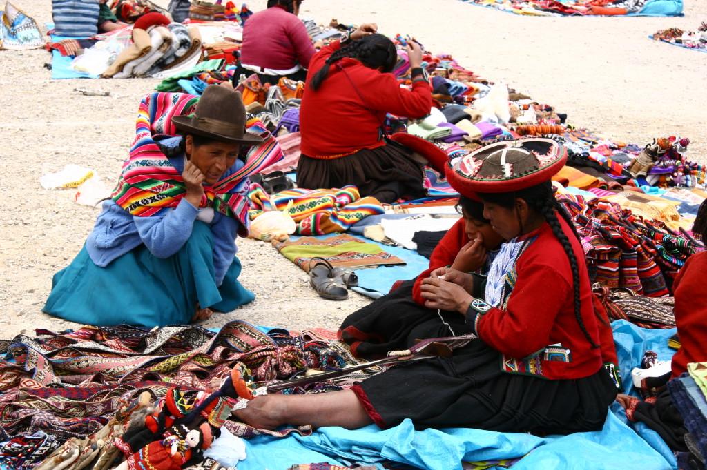Cholitas spinnen auf dem Markt von Chinchero