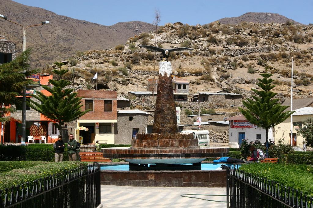 Condor-Statue auf der Plaza de Armas in Cabanaconde