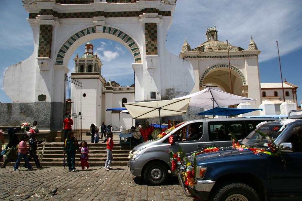 Eigentümlicher Brau - Vor der Basilika werden Fahrzeuge gesegnet