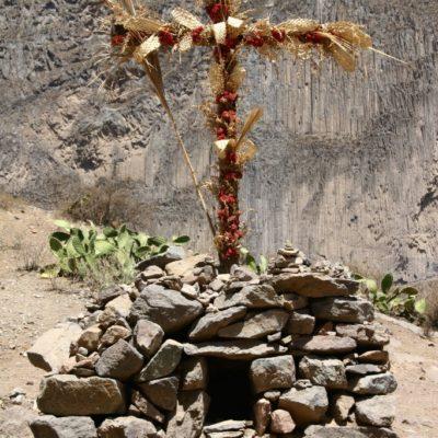 Ernte-Dank-Kreuz am Wegesrand im Colca-Tal