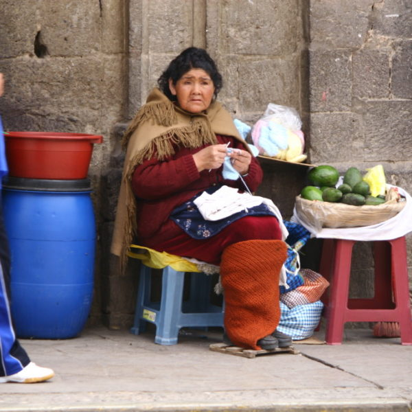 Gemüseverkäuferin strikt auf einer Straße in Puno