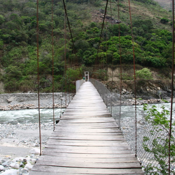 Hängebrücke über den Fluss Río Aobamba
