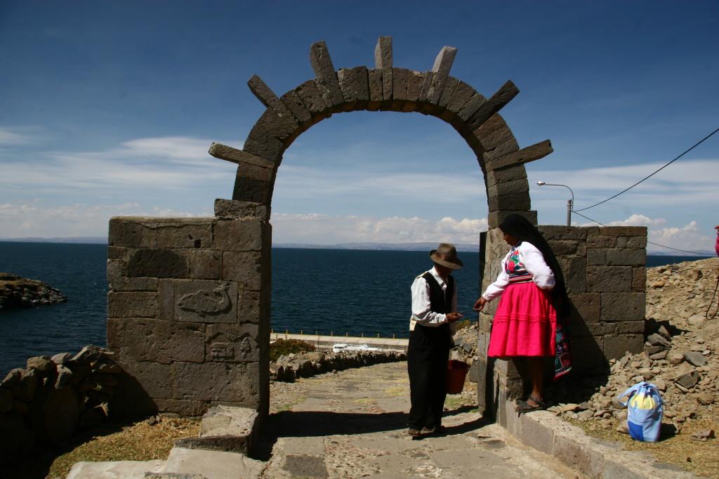 Insel Amantaní - Quechua-Paar am Torbogen