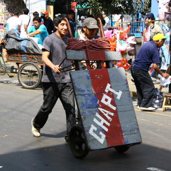 Der typische Transportkarren ersetzt den Lieferverkehr mit LKW in den verkehrsberuhigten Zonen in Lima / Peru