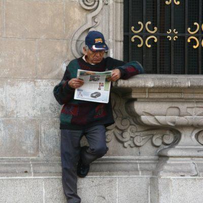 Jiron de la Union - Zeitung lesen am Morgen