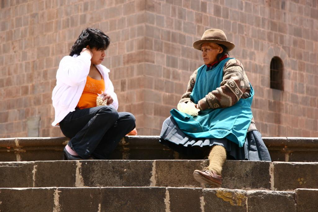 Moderne Kleidung vs Tradition - Junge Frau mit ihrer Mutter vor der  Jesuitenkirche an der Plaza de Armas