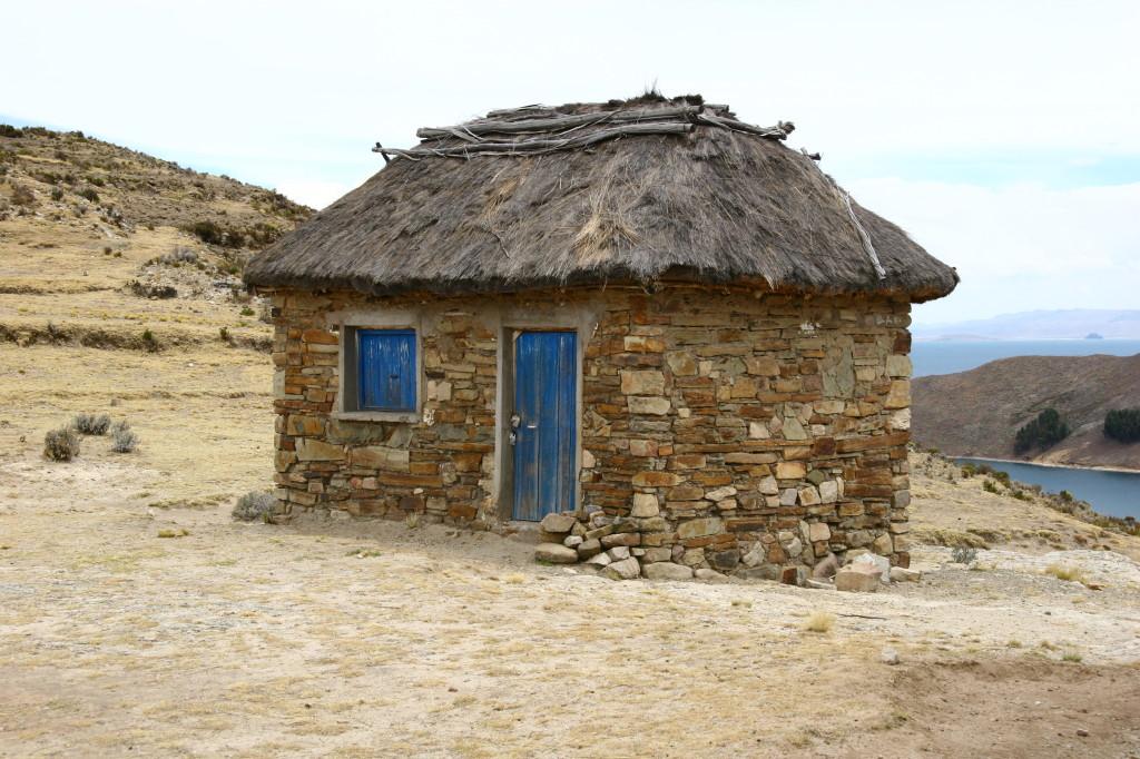 Kleines Haus mit blauer Tür und blauem Fenster auf der Sonneninsel Isla de Sol