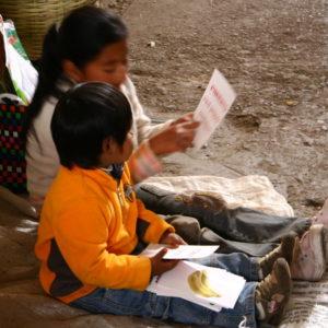 Kluge Geschwister auf dem Markt  - Kleines Mädchen bringt ihrem Bruder Lesen und Englisch bei