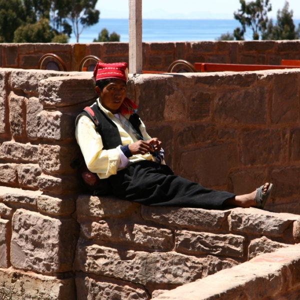 La Isla Taquile - Strickender Mann auf der Plaza Principal