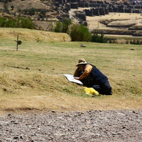 Lesepause - Völlige, peruanische Cholita in der Nähe von Saksaywaman