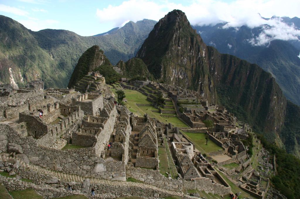 Machu Picchu - Die Umrisse der benachbarten Berge sehen aus, wie ein liegendes Indianergesicht