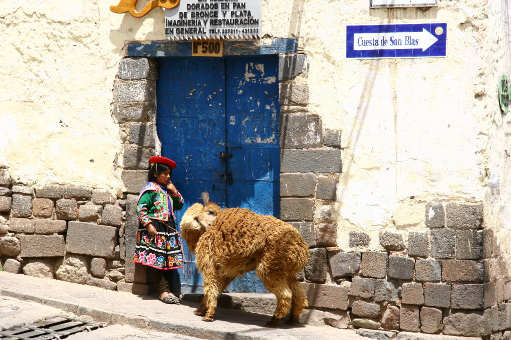 Mädchen mit Alpaka auf der Cuesta de San Blas / Cuzco