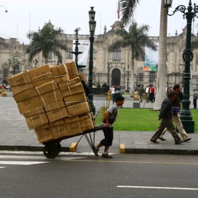 Mannesstärke statt PS auf der Plaza Mayor in Lima