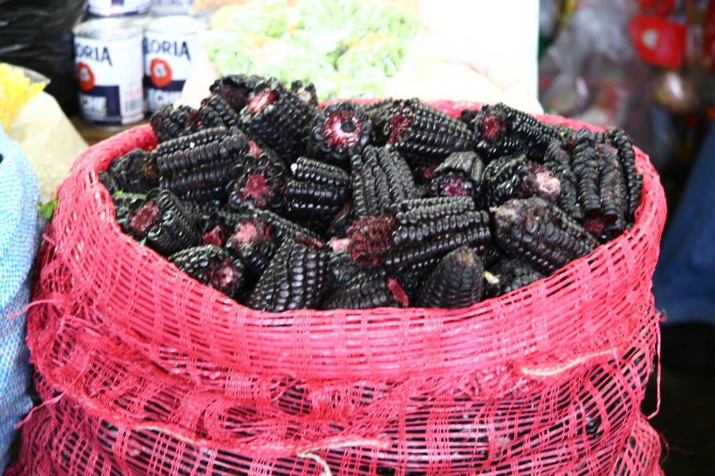 """Lila-Mais in Lima - Der schwarze Mais wird nicht nur gegessen, sondern traditionell auch noch für die Herstellung von dem alkoholfreien Getränk """"Chicha Morada"""" genutzt."""