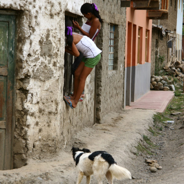 Neugierige Kinder in Santa Maria