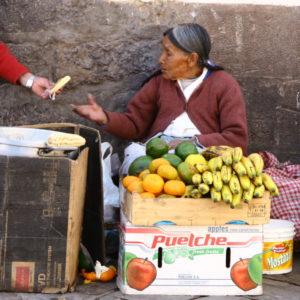 Obstverkäuferin bekommt ein Fladenbrot